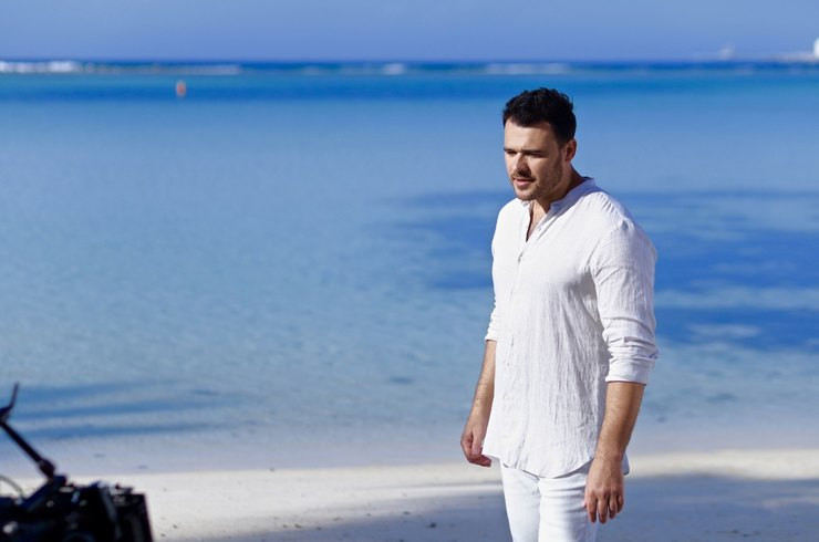 Премьера альбома LOVE IS: EMIN пережил разлуку в новом клипе «Таял»